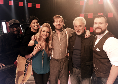 Image of Pianist Jennie with Tom Jones, Will I Am and the voice judges